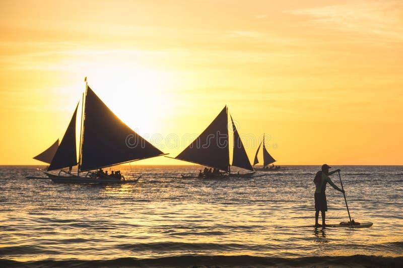 Schattenbild von Segelbooten bei Sonnenuntergang in Boracay-Insel lizenzfreie stockfotografie