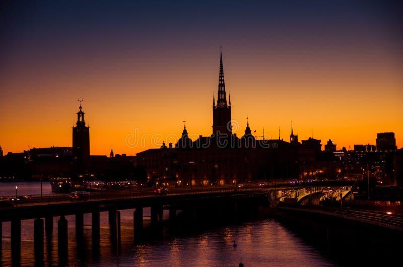 Schattenbild von Stockholm-Stadtbildskylinen mit Riddarholmen-Kirchtürmen, Stadt-Hall Stadshuset-Turm, Brücke über See Malaren he stockbilder