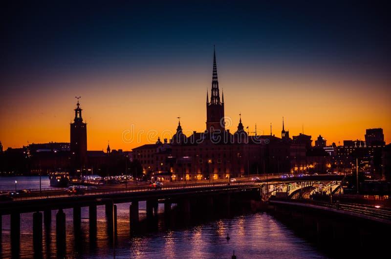Schattenbild von Stockholm-Stadtbildskylinen mit Riddarholmen-Kirchtürmen, Stadt-Hall Stadshuset-Turm, Brücke über See Malaren he lizenzfreie stockfotografie