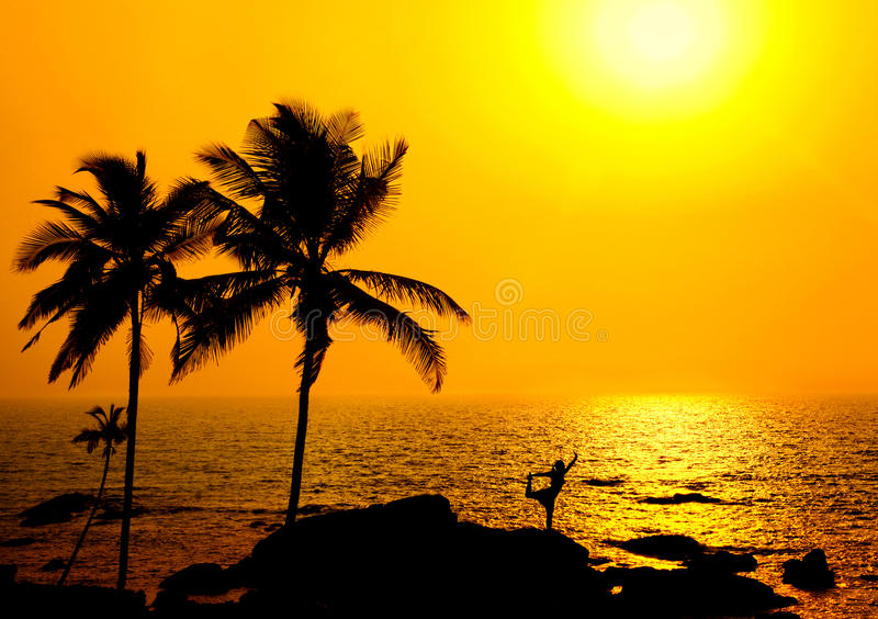 Schattenbild von Yoga natarajasana am Sonnenuntergang lizenzfreie stockfotografie