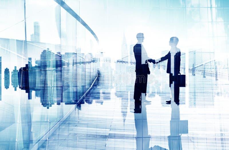 Schattenbild von zwei Geschäftsleuten, die einen Händedruck haben lizenzfreie abbildung