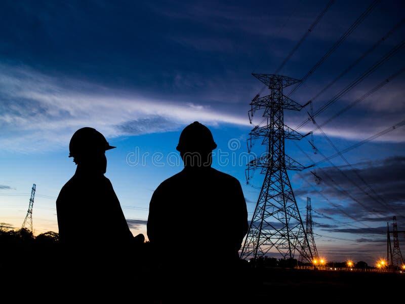 Schattenbild von zwei Ingenieuren lizenzfreie stockbilder