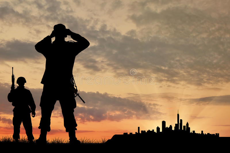 Schattenbild von zwei Soldaten mit Gewehren lizenzfreie stockbilder