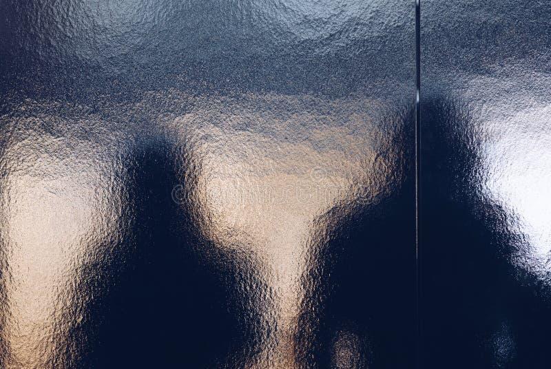 Schattenbildansicht der Völkerabflussrinne die Türscheibe - abstrakter Schatten nachts lizenzfreie stockbilder