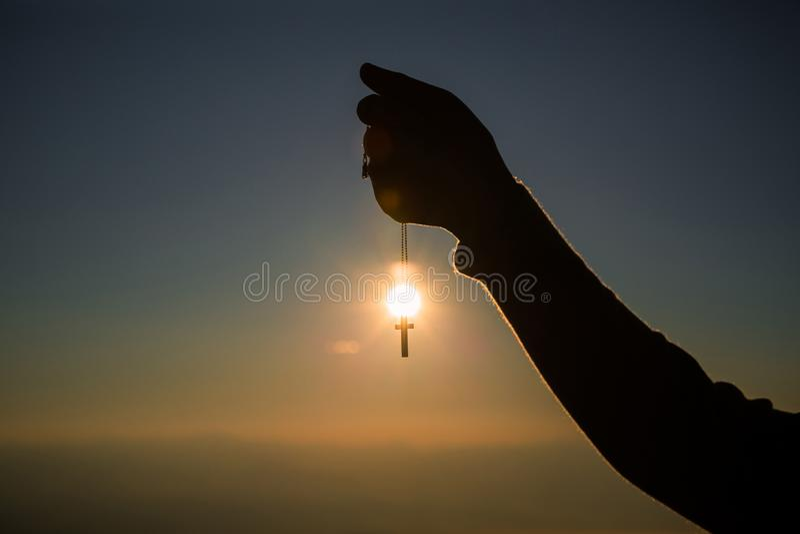 Schattenbilder in den menschlichen Händen, Hintergrund als Sonnenaufgang, Konzepte für Christen, Christentum, stockfotos