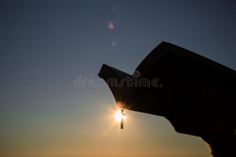 Schattenbilder in den menschlichen H?nden, Hintergrund als Sonnenaufgang, Konzepte f?r Christen, Christentum, lizenzfreies stockfoto