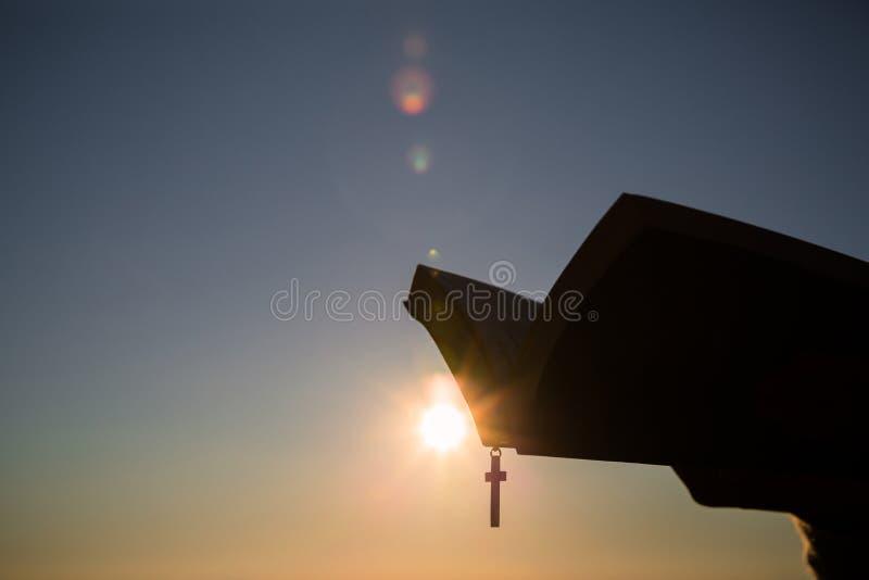 Schattenbilder in den menschlichen H?nden, Hintergrund als Sonnenaufgang, Konzepte f?r Christen, Christentum, lizenzfreie stockbilder