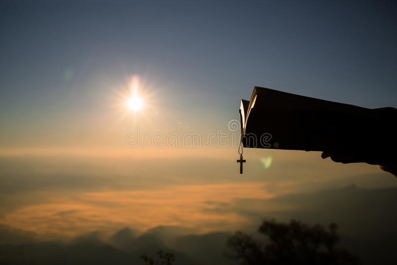 Schattenbilder in den menschlichen H?nden, Hintergrund als Sonnenaufgang, Konzepte f?r Christen, Christentum, lizenzfreie stockfotografie