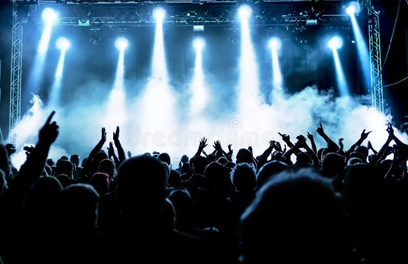 Schattenbilder der Konzertmasse lizenzfreie stockfotografie