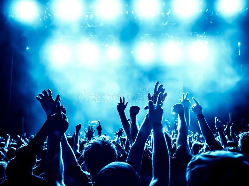 Schattenbilder der Konzertmasse lizenzfreies stockfoto