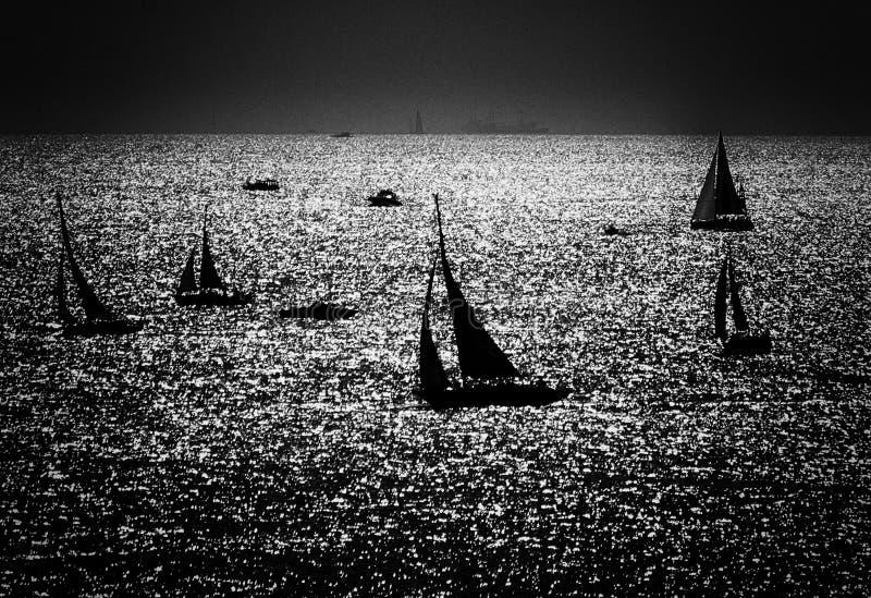 Schattenbilder der Segelboote lizenzfreie stockfotografie