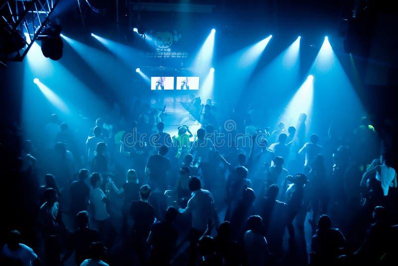 Schattenbilder der Tanzenjugendlicher lizenzfreies stockfoto