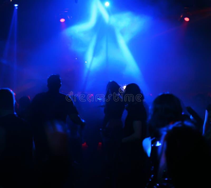 Schattenbilder der Tanzenjugendlicher lizenzfreie stockfotos