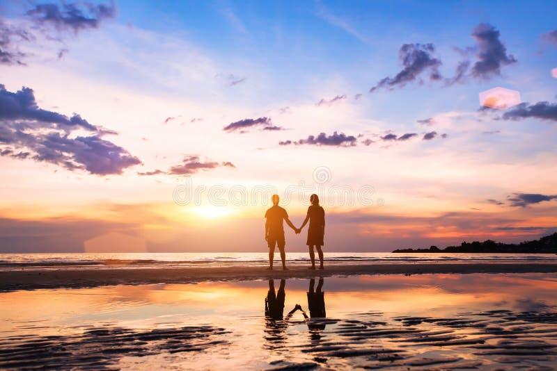 Schattenbilder des Mannes und der Frau auf dem Strand stockbilder