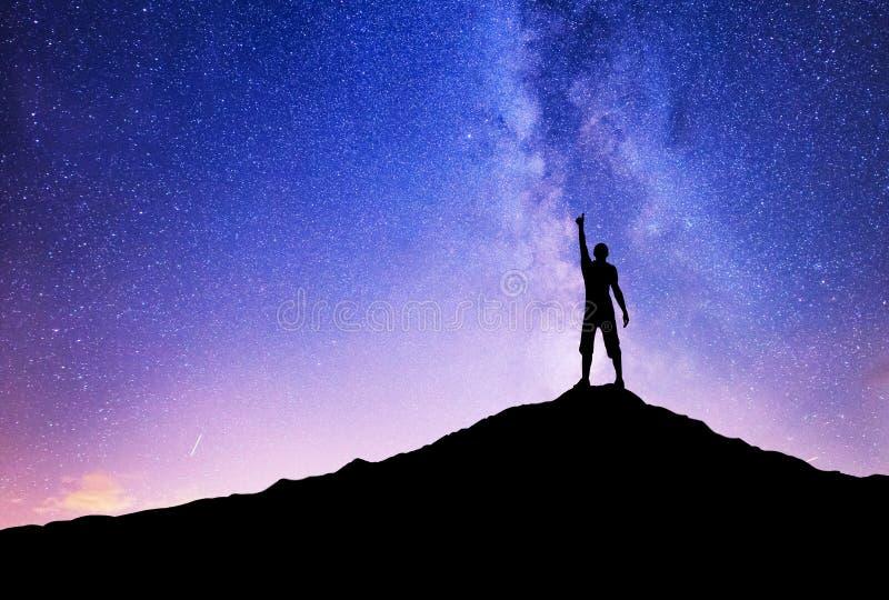 Schattenbilder des Siegers auf Bergspitze stockbilder
