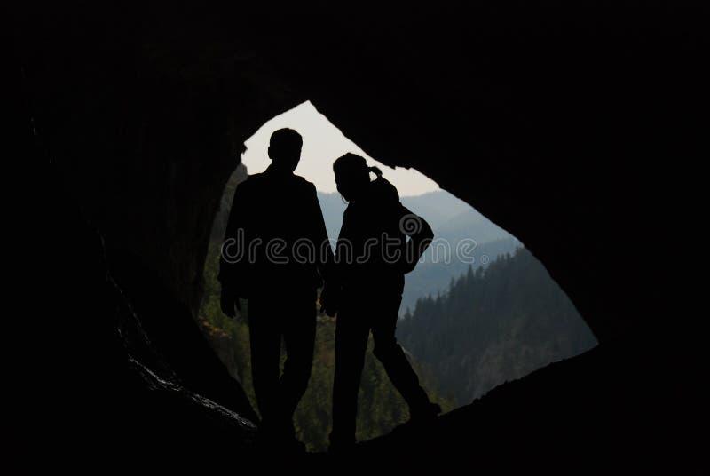 Schattenbilder eines Paares in einer Höhle lizenzfreie stockbilder