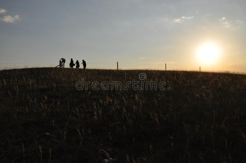 Schattenbilder gegen Sonnenuntergang lizenzfreie stockbilder