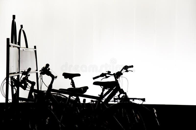 Schattenbilder von den Fahrrädern geparkt im Fahrradgestell in der Nacht lizenzfreie stockfotografie