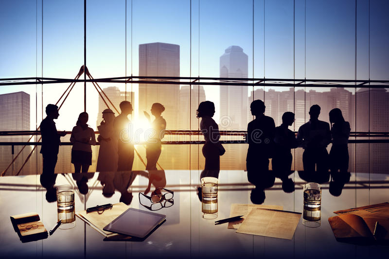 Schattenbilder von den Geschäftsleuten, die innerhalb des Büros gedanklich lösen stockfotografie
