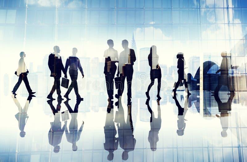 Schattenbilder von den Geschäftsleuten, die innerhalb des Büros gehen lizenzfreie abbildung