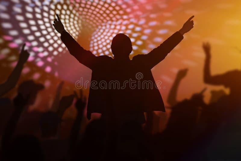 Schattenbilder von den glücklichen Menschen, die in Disco tanzen, schlagen nachts mit einer Keule stockfotos