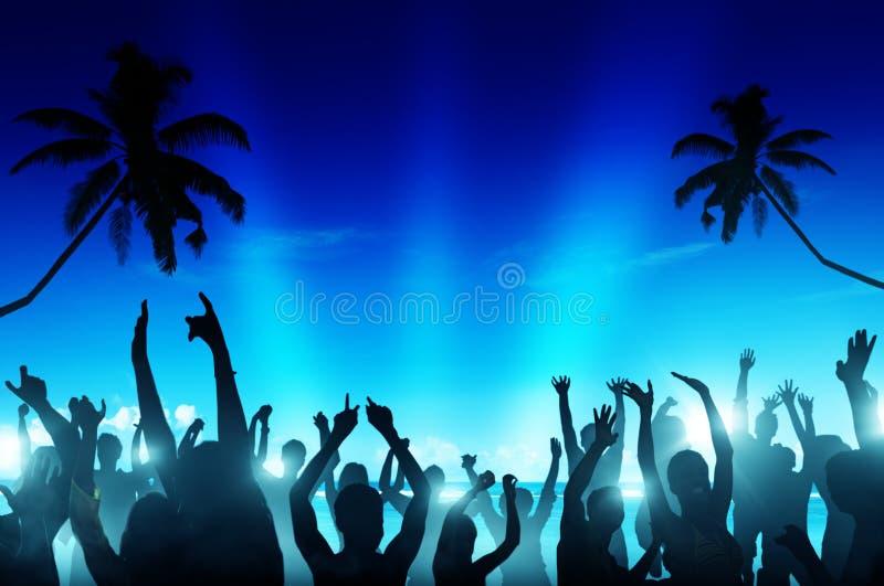 Schattenbilder von den Leuten, die durch den Strand tanzen lizenzfreie stockfotos