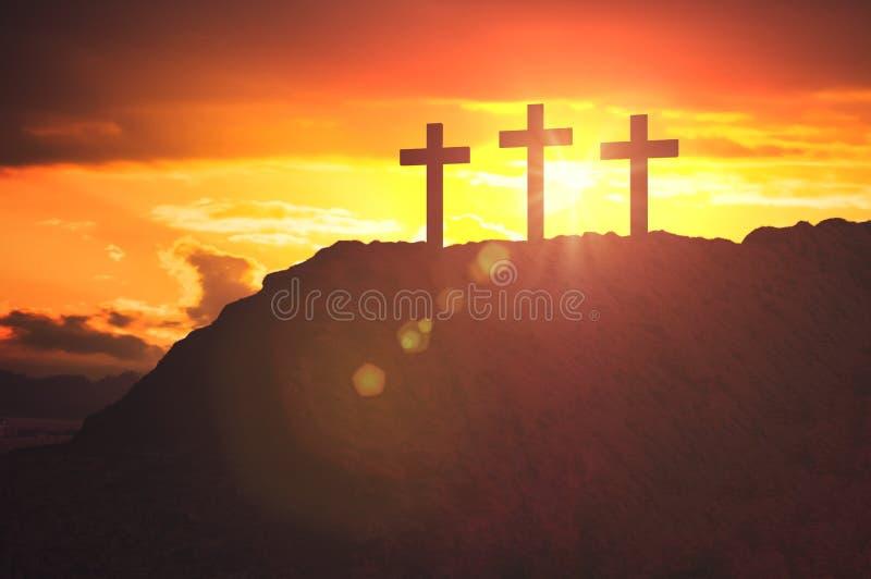 Schattenbilder von drei Kreuzen bei Sonnenuntergang auf Hügel Religions- und Christentumskonzept lizenzfreies stockfoto