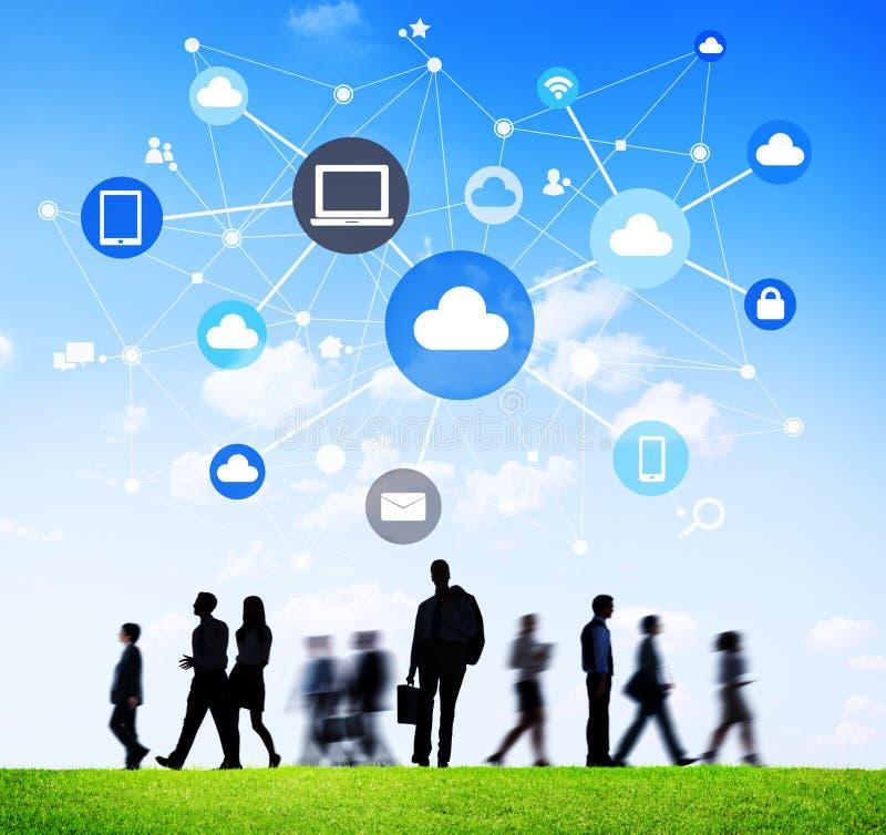 Schattenbilder von Geschäftsleuten mit Social Networking-Symbolen lizenzfreies stockbild