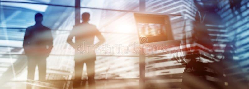Schattenbilder von Geschäftsteammitgliedern über Stadtbildhintergrund Getonte Bilddoppelbelichtung Abstrakte Geschäftsmann-Hinter lizenzfreie stockfotografie