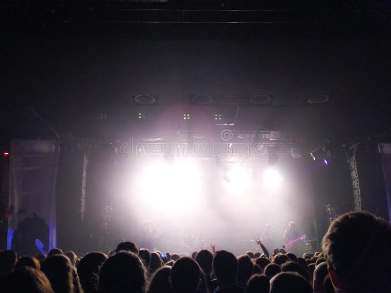 Schattenbilder von jungen Leuten vor einer Szene an einem Konzert Rockgruppe Menge von Leuten an einem Konzert lizenzfreie stockfotografie