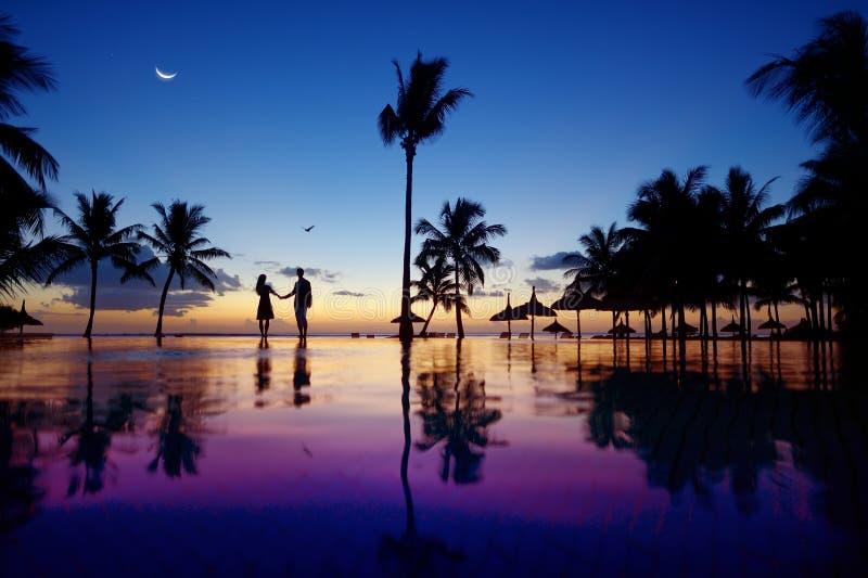 Schattenbilder von jungen Paaren bei szenischem Sonnenuntergang stockfotografie