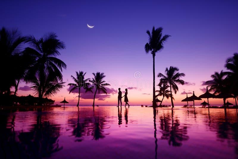 Schattenbilder von jungen Paaren bei szenischem Sonnenuntergang stockfotos