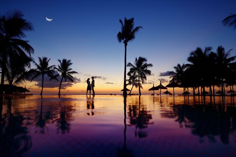 Schattenbilder von jungen Paaren bei szenischem Sonnenuntergang lizenzfreies stockbild