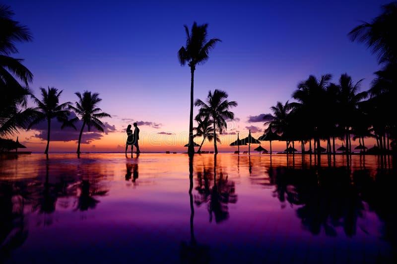 Schattenbilder von jungen Paaren bei szenischem Sonnenuntergang lizenzfreie stockfotos