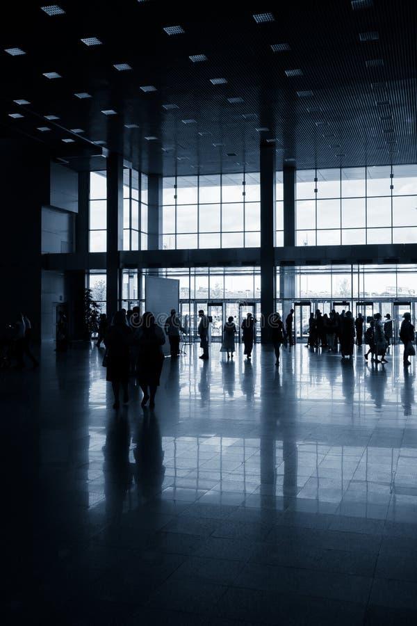 Schattenbilder von Leuten in der modernen Halle lizenzfreies stockbild