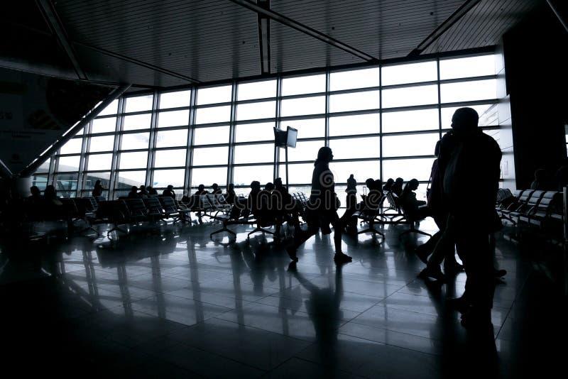 Schattenbilder von Leuten in der modernen Halle stockfotografie