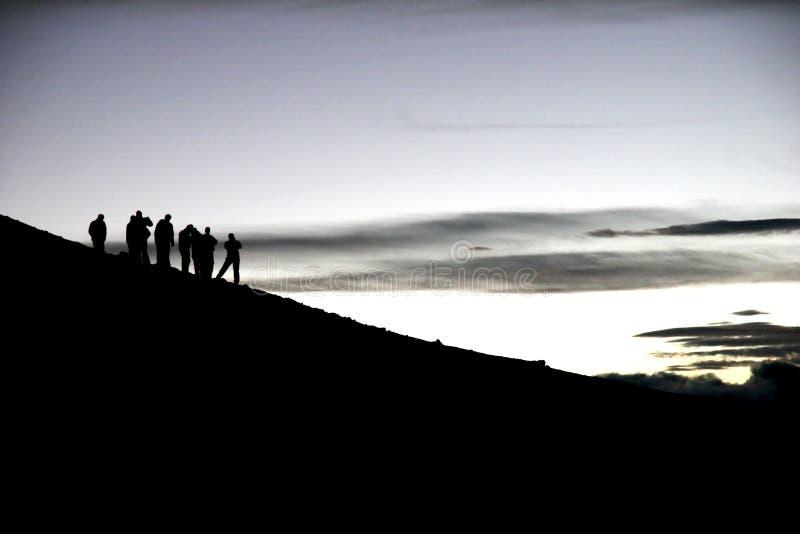 Schattenbilder von trekkers lizenzfreies stockfoto