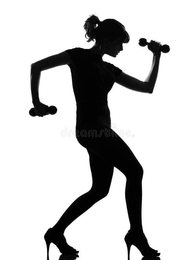 Schattenbildfrauen-Trainings-Karosseriengebäude dumbells lizenzfreies stockfoto