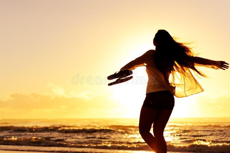 Schattenbildfrauenstrand stockfoto