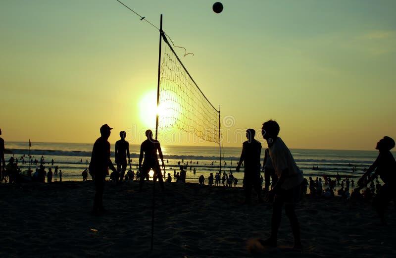 Schattenbildleute, die Volleyball spielen lizenzfreies stockfoto