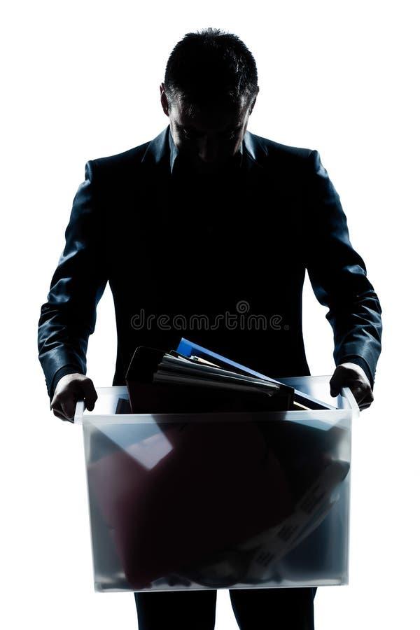 Schattenbildmannportrait, das schweren Kasten trägt stockbild