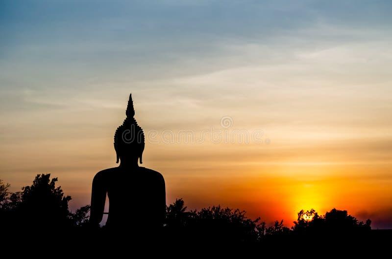 Schattenbildphotographie des Buddha-Bildmonuments im Sonnenunterganghimmel lizenzfreie stockbilder