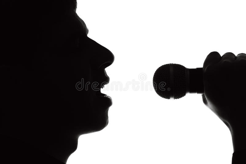 Schattenbildporträt eines Sängers stockfotografie