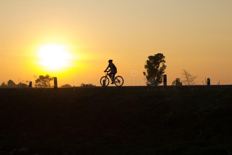 Schattenbildradfahren stockfoto