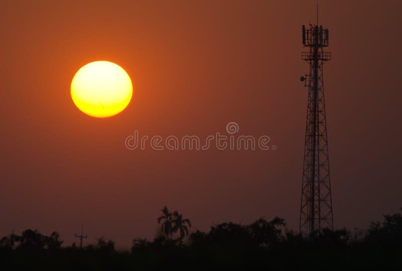Schattenbildsignal-Antennenmast und die Sonne am Sonnenunterganghimmelhintergrund stockbilder