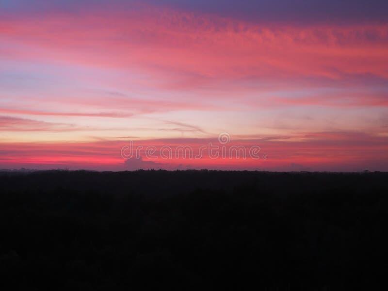 Schattenbildsonnenuntergang-Himmelhintergrund Natürlicher Sonnenuntergangsonnenaufgang der Dämmerung über Waldberg Orange blaues  lizenzfreie stockfotografie