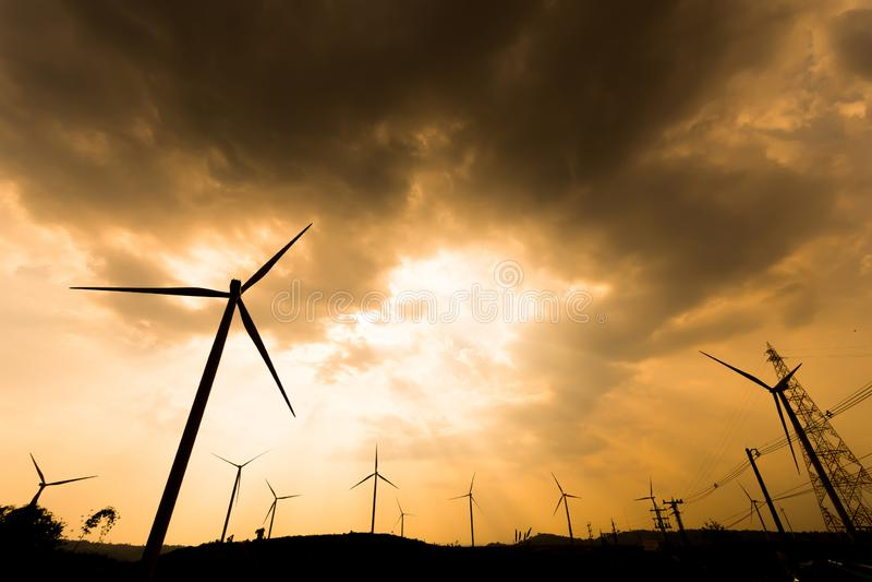 Schattenbildwindkraftanlagen stockbild
