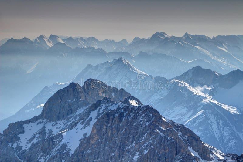 Schattenhafte und sonnige Kanten von Bergen Wetterstein und Karwendel lizenzfreies stockfoto