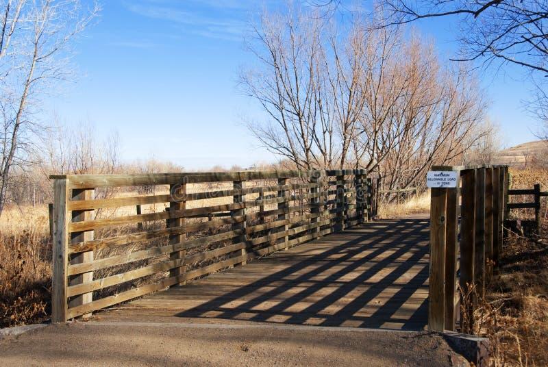 Schattige Brücke auf dem Kolorado-Grasland lizenzfreies stockbild