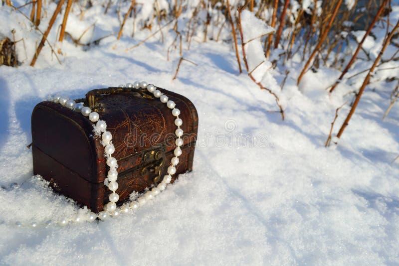 Schatulle mit Perlen stockfoto